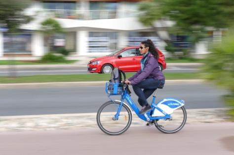 Vélo bleu et auto rouge (Gilles)